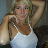 Chat coquin avec une jeune blonde aux jolies fesses